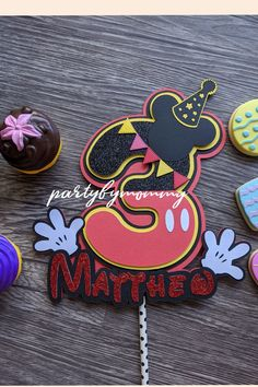 Mickey Mouse House, Minnie Mouse Theme, Kids Birthday Crafts, Diy Birthday, Mickey Birthday, Mickey Party, Art Party Cakes, Mickey Mouse Cake Topper, Personalized Cake Toppers