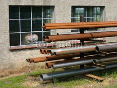 Rostige Metallrohre vor einem Handwerksbetrieb in Helpup bei Oerlinghausen in Ostwestfalen-Lippe