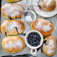 Drożdżówki z jagodami z ciasta z dodatkiem serka mascarpone