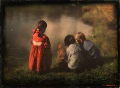 Lotte, Hans und Walter Kühn spielen am Wasser.  Color photo by Heinrich Kühn, 1908