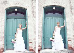 posing the bride, wedding photography, old doors, old buildings, urban wedding