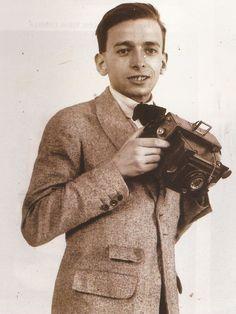 RETRATOS DE FAMILIA: retrato de Luis Vidal Corella con una cámara de la época.