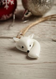 Could make out of fimo. This super cute Christmas decoration features a white glass fox with bushy tail! This simple design would look lovely on your xmas tree. Diy Fimo, Polymer Clay Kunst, Polymer Clay Animals, Fimo Clay, Polymer Clay Projects, Polymer Clay Charms, Polymer Clay Creations, Polymer Clay Jewelry, Clay Crafts