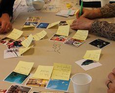 En gruppe spiller idé-poker for at få ideer til deres problemstilling: logistik. Associationskortene skaber blandt andet den mere konkrete problemstilling: Hvordan finder man rundt på skolen?