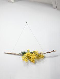 Ici les mimosas fleurissent partout, même sur mes murs ! Et oui, c'est ma nouvelle obsession : vouloir mettre des fleurs au mur. Je vous explique ça tout de suite.
