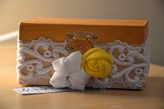 Scatolina in legno con fiori in stoffa e passamaneria