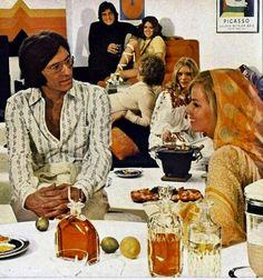Die schönen Zeiten, die 60er und die 70er Jahre, als der gute Tropfen noch nicht der Antichrist war und in den Zeitungen unzählige Anzeigen diverser Alkohol-Kampagnen geschaltet wurden. Im Mittelpunkt stand natürlich der Mann, seinerzeit noch gewollte chauvinistisch, das Glas Whisky in der Hand als sei es Selterwasser. In seinem Arm ein blondes Früchtchen (he said: Früchtchen), welches bewundernd zu... Weiterlesen