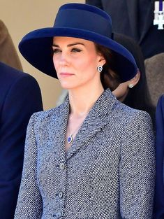 "The Duchess of Cambridge attending a Military Drumhead Service on Horse Guards Parade in London, Designer: Lock & Co. The ""Tiffany drop-brim hat"" in navy - Royal Hats Style Kate Middleton, Kate Middleton Hats, Princess Kate Middleton, Prinz Charles, Prinz William, Royal Fashion, Fashion Looks, The Duchess, Herzogin Von Cambridge"