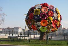 metal tree flowers public art display in Francia Banksy, Art Environnemental, Graffiti, Art Public, Urbane Kunst, Instalation Art, Metal Tree Wall Art, Metal Flowers, Fake Flowers