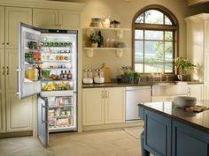 Refrigerador CS 1660 embutido em uma cozinha planejada.  #LIEBHERR #REFRIGERADOR