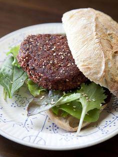 Ook rode biet kan je perfect verwerken in een burger. Het bewijs. Salmon Burgers, Hummus, Love Food, Steak, Veggies, Beef, Vegan, Health, Ethnic Recipes