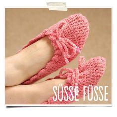 I may make myself these cute slippers. Crochet Slipper Boots, Crochet Slipper Pattern, Crochet Baby Shoes, Chunky Crochet, Crochet Slippers, Knit Crochet, Crochet Patterns, Crochet Hats, Slipper Socks