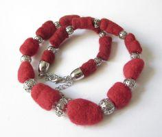Filzkette  rot-silber mit Perlen von soschoen auf DaWanda.com