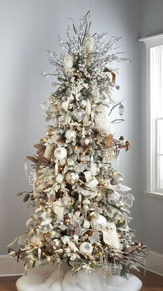 I LOVE these creative Christmas tree themes! So many unique Christmas tree decorating ideas for modern, traditional and even beach-y decor. Christmas Abbott, Owl Christmas Tree, Christmas Tree Images, Creative Christmas Trees, Silver Christmas Decorations, Christmas Tree Inspiration, Christmas Tree Design, Woodland Christmas, Beautiful Christmas Trees