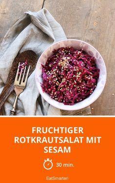 Fruchtiger Rotkrautsalat mit Sesam | Zeit: 30 Min. | http://eatsmarter.de/rezepte/fruchtiger-rotkrautsalat-mit-sesam