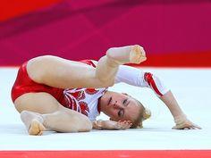 Russa Kseniia Afanaseva sofre forte queda no solo e compromete a nota de sua equipe na final feminina da ginástica artística