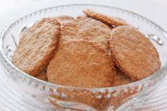 Kjempe gode og sunne havrekjeks. Disse er garantert mye sunnere enn de du får kjøpt i butikken. Server kjeksene med smør og brunost på, e... Baking Recipes, Cake Recipes, Snack Recipes, Snacks, Brownie Cookies, Bread Baking, Winter Holidays, Biscotti, Cornbread