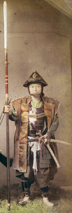 Samurai holding a yari (spear) and wearing a jinbaori and jingasa. Ronin Samurai, Samurai Weapons, Samurai Armor, Katana, Geisha, Japanese Warrior, Japanese Sword, Japanese History, Japanese Culture