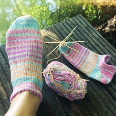 Sneaker-socks to knit - free guide - gluten-free recipes & creative ideas. Knitting Websites, Knitting Blogs, Knitting Socks, Free Knitting, Knitting Projects, Baby Knitting, Knitting Patterns, Quick Crochet, Basic Crochet Stitches