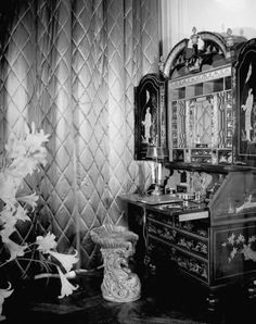 THE BANQUETTE ROOM DESIGNED BY ELSIE DE WOLFE, WITH STEPHANE BOUDIN FOR THE DUKE AND DUCHESS OF WINDSOR IN PARIS ON BOULEVARD SUCHET, JUST BEFORE THE OCCUPATION.