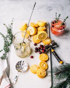 Je vous propose ce petit mocktail aux clémentines et aux canneberges, qui a tout pour plaire avec son élégance festive. Je suis certaine qu'il deviendra un classique de votre temps des fêtes grâce à sa simplicité. C'est une option parfaite quand on a le goût d'un apéro, mais qu'on n'a pas le goût de consommer d'alcool.