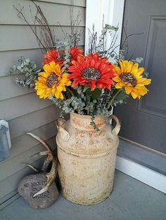 Antique Milk Can Planter Decoration 47 Rustic Farmhouse Porch Decorating Ideas to Show Off This Season Antique Milk Can, Decoration Entree, Vintage Porch, Farmhouse Front Porches, Decorative Planters, House With Porch, Outside House Decor, Front Door Decor, Organizing Ideas
