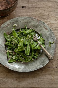 Warm snow pea, bean, onion, mint salad with olive oil & lemon .I like to add asparagus too! Raw Food Recipes, Vegetarian Recipes, Healthy Recipes, I Love Food, Good Food, Healthy Snacks, Healthy Eating, Greens Recipe, Food Styling