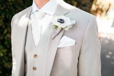 groom wearing light gray suit and white anemone boutonniere Best Wedding Suits For Groom, Light Grey Suits Wedding, Grey Tux Wedding, White Wedding Flowers, Light Gray Suits, Tan Groomsmen Suits, Groom Grey Suits, Groomsman Attire, White Anemone