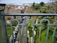 La calle Bailén discurre entre la Plaza de España y la Plaza de Francisco el Grande. El viaducto forma parte de la calle y desde allí tenemos esta vista de la Calle Segovia