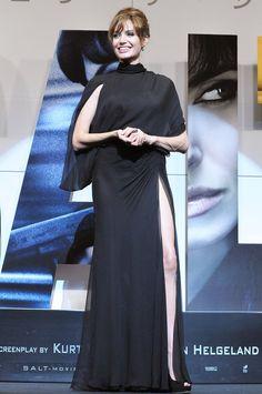 Pin for Later: 40 Gründe, Angelina Jolie's Style zu lieben Angelina Jolie 2010 in Versace bei der Premiere von Salt