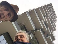 Milano, il selfie di Gillo Dorfles, 105 anni, al Bosco verticale con Boeri.
