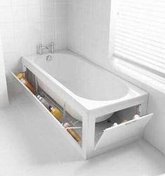 Dans cette salle de bains, les rangements se cachent sous la petite baignoire !