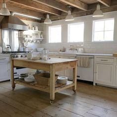 34 Awesome Farmhouse Kitchen Island Decor and Design Ideas Farmhouse Kitchen Island, Kitchen Island Decor, Cozy Kitchen, Modern Farmhouse Kitchens, New Kitchen, Home Kitchens, Kitchen Dining, Beach Kitchens, Dream Kitchens