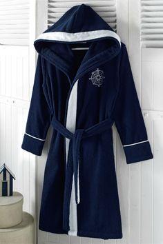 Představujeme dámský župan MARINE LADY v námořnickém stylu! Tento župan v tmavě modré barvě s bílým lemováním a s výšivkou potěší každou námořnici. Župan krátkého střihu po kolena a s kapucí je vyroben z příjemné 100 % česané bavlny a disponuje antibakteriální ochranou. Výborný po koupeli, ať už doma nebo v přírodě.