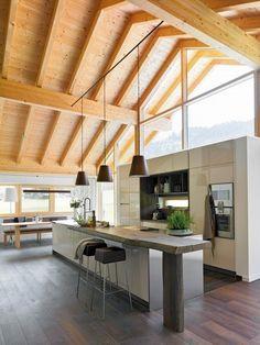 Die Küche ist der Mittelpunkt des Hauses – selten passte dieser Satz besser als auf diesen Raum, der sich nicht nur zum Wohnbereich, sondern auch in die Natur öffnet (Foto: werkhaus küchenideen - vereint Schreinerhandwerk mit einzigartigem Design www.werkhaus.cc)