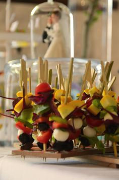 Marie Chemorin | Mariage Rockabilly | Brochettes de fruits frais #cocktail #brochette #fruits #food #wedding #catering #mariechemorin