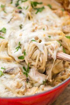 Kylling Tetrazzini er en trøstende, teatralsk, ekstremt cremet kylling pasta bage. Denne kylling pasta gryderet vil have din familie genpåfyldning deres skåle!
