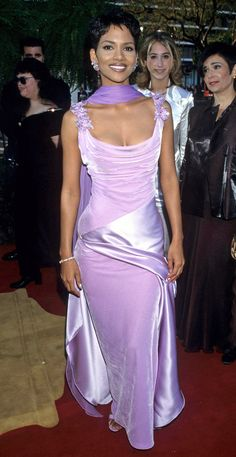 Halle Berry's dress for the Oscars was a purple paradise combining the two best textures of the velvet and shiny silk. Halle Berry Young, Halle Berry Oscar, Halle Berry Short Hair, Halle Berry Pixie, Halle Berry Style, Halle Berry Hot, Oscar Dresses, Satin Dresses, Oscar Gowns