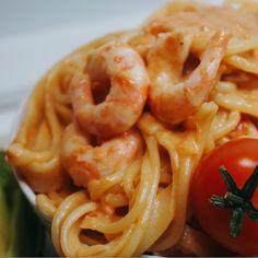 En enkel och väldigt god middag, krämig tomatpasta med räkor, så gott och det passar perfekt som middag vilken dag som helst. Shrimp Pasta, Fish And Seafood, Seafood Recipes, Macaroni And Cheese, Food Porn, Veggies, Food And Drink, Healthy Recipes, Yummy Recipes