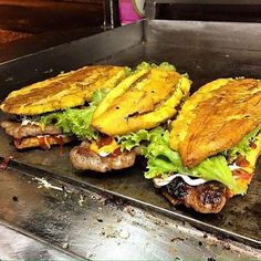 Sandwich the plantain Comida Boricua, Boricua Recipes, Haitian Food Recipes, Mexican Food Recipes, Banane Plantain, Plantain Recipes, Puerto Rico Food, Puerto Rican Recipes, Dominican Recipes