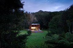 Esta alargada casa del estudio Crosson Clarke Carnachan se encuentra enclavada en el hermoso entorno natural de la isla neozelandesa de Great Barrier. La forma del edificio en elevación no es caprichosa: se hizo así para protegerlo de inundaciones....