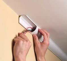 man installing a ceiling corner duct verstecken Hide Wires, Hide Cables, Hiding Speaker Wires, Home Theater Rooms, Cinema Room, Home Cinemas, Cable Management, Home Repair, Home Projects