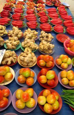 Mercado de frutas y verduras en Kuching, Borneo.