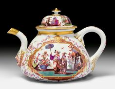 Fine tea pot with chinoiserie decoration, Meissen, ca. 1725-1730. Painted in the style of Johann Gregorius Höroldt