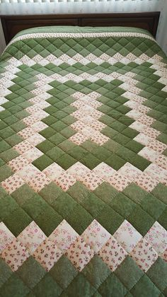 Queen Size Green and Pink Trip Around the World Hand quilted patchwork Quilt Colchas Quilting, Machine Quilting, Quilting Projects, Quilting Designs, Sewing Projects, Patchwork Patterns, Quilt Block Patterns, Pattern Blocks, Quilt Blocks
