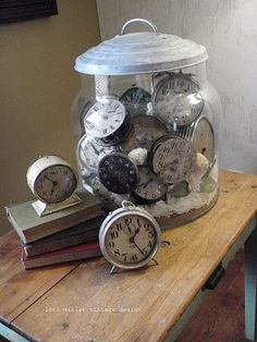 Neat idea for a non color commitment collection. Clock collection - a bit shabby chic. Old Clocks, Antique Clocks, Vintage Clocks, Alarm Clocks, Vintage Vignettes, Vintage Display, Casa Hipster, Big Glass Jars, Big Jar