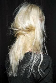 Messy blonde pony #blonde #hair #ponytail www.oraclefox.com
