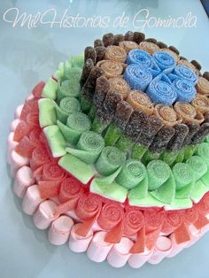 Look at this cute candy cake! Specially for the lovers: a sour candy cake. Candy Kabobs, Bar A Bonbon, Sweet Trees, Sour Patch Kids, Sour Candy, Candy Cakes, Candy Bouquet, Candy Table, Candy Party