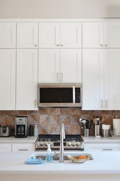 White Shaker Kitchen Cabinets with an upper row of cabinets. Layout Design, Design Ideas, Cabinets To Ceiling, Wall Cabinets, Indoor Outdoor, White Shaker Kitchen Cabinets, Interior House Colors, Interior Livingroom, Kitchen Design Open