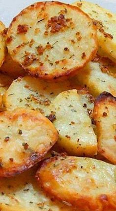 After slicing, rinse potatoes with water to remove a… Baked Garlic Potato Slices. After slicing, rinse potatoes with water to remove as much starch as possible so that they do not become soggy when baking. Side Dish Recipes, Vegetable Recipes, Vegetarian Recipes, Dinner Recipes, Cooking Recipes, Healthy Recipes, Healthy Food, Cooking Tips, Snack Recipes
